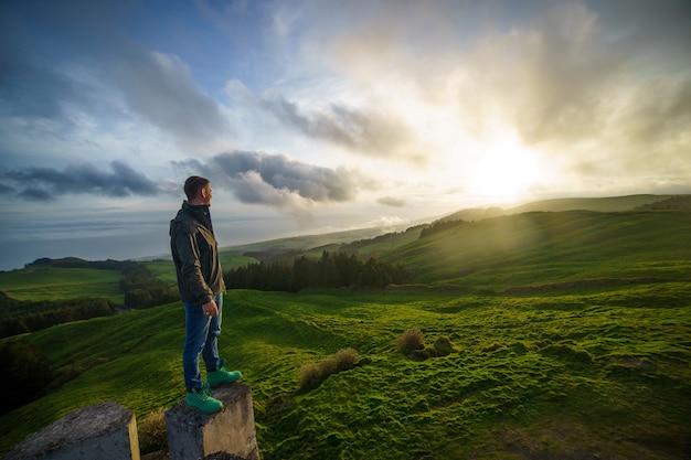 Homme qui réussit à la recherche du ciel coucher de soleil célébrant profiter de la liberté
