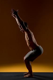 Homme qui s'étend sur tapis de yoga