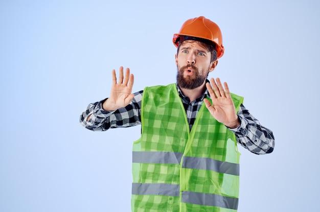 Homme qui travaille dans un studio professionnel de construction de casque orange