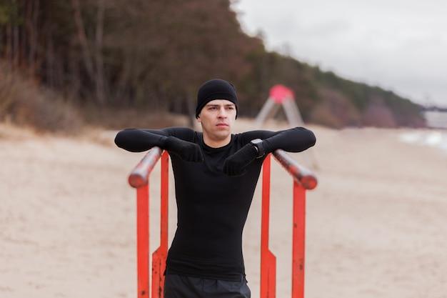 Homme qui travaille sur la plage