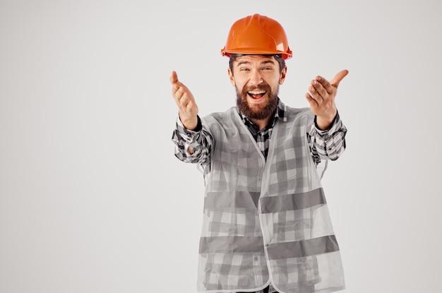 Homme qui travaille en uniforme de travail construction profession fond clair. photo de haute qualité