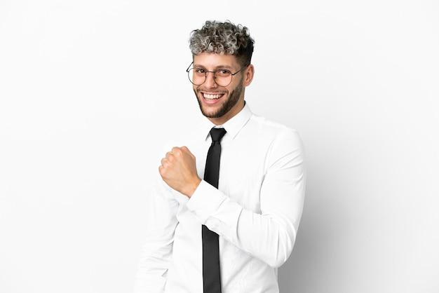 Homme de race blanche d'affaires isolé sur fond blanc célébrant une victoire