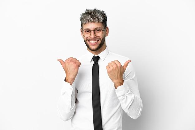 Homme de race blanche d'affaires isolé sur fond blanc avec un geste de pouce levé et souriant