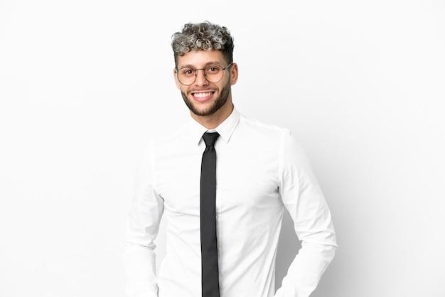 Homme de race blanche d'affaires isolé sur fond blanc en riant