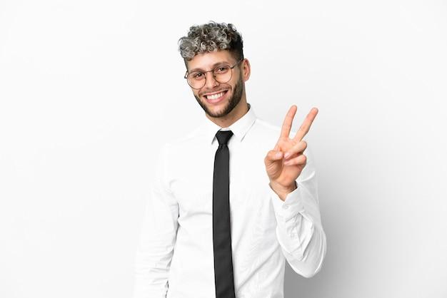Homme de race blanche d'affaires isolé sur fond blanc souriant et montrant le signe de la victoire