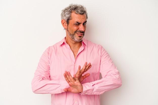 Homme de race blanche d'âge moyen isolé sur fond blanc faisant un geste de déni