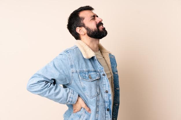 Homme de race blanche avec barbe sur isolé souffrant de maux de dos pour avoir fait un effort
