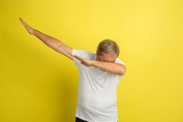 Homme de race blanche célébrant la victoire isolée sur jaune