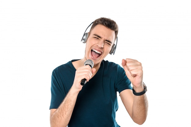 Homme de race blanche chante une chanson au microphone.