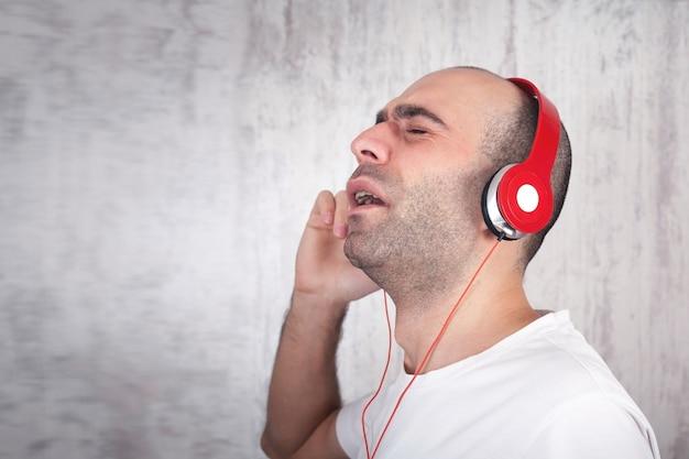 Homme de race blanche dans les écouteurs. écouter de la musique