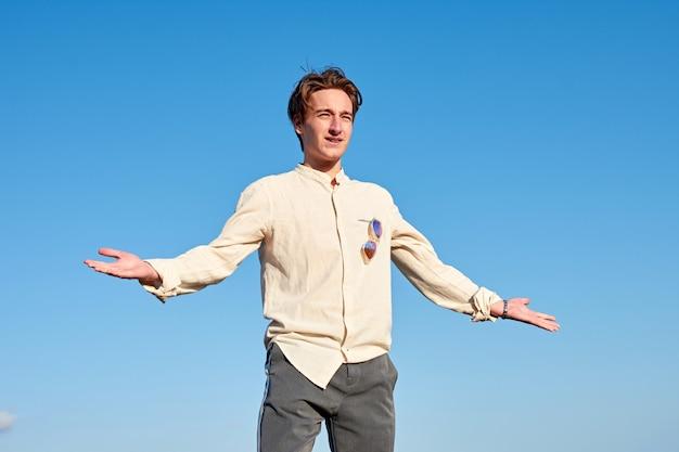 Un homme de race blanche d'espagne agissant confus et surpris par ciel clair