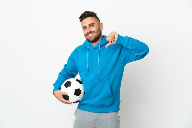 Homme de race blanche isolé sur fond blanc avec ballon de football et fier de lui