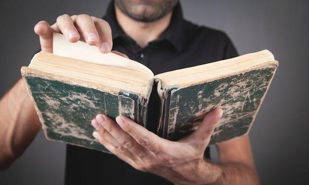 Homme de race blanche lisant la bible. religion