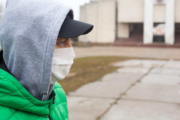 Un homme de race blanche avec un masque facial de protection médicale illustre un coronavirus pandémique