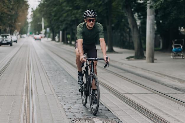 Homme de race blanche passant du temps libre pour faire du vélo à l'extérieur