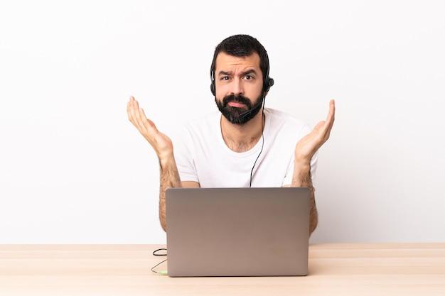 Homme de race blanche télévendeur travaillant avec un casque et un ordinateur portable