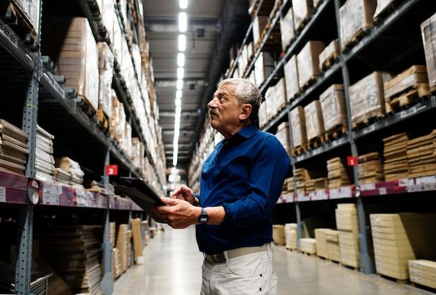 Un homme de race blanche vérifiant l'inventaire des stocks
