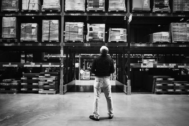 Un homme de race blanche vérifie l'inventaire des stocks
