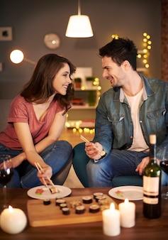 Homme racontant les histoires romantiques à sa petite amie