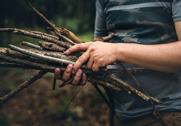 Homme ramassant du bois pour un feu