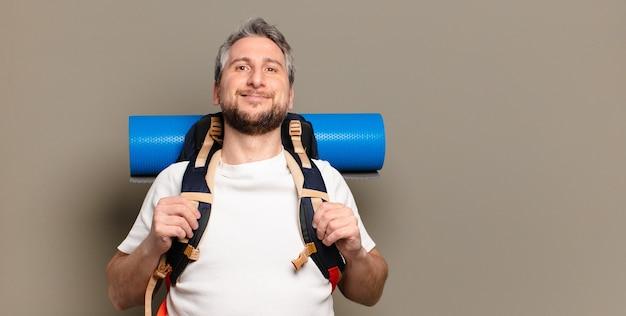 Homme de randonnée d'âge moyen. concept de voyage