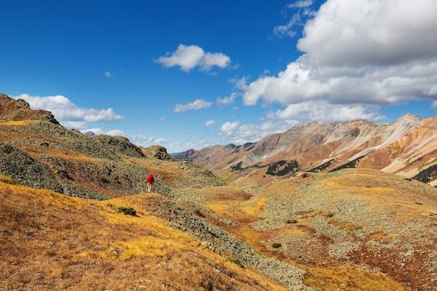 Homme de randonnée dans les montagnes rocheuses, colorado en saison d'automne