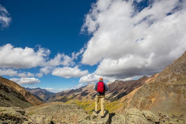 Homme de la randonnée dans les montagnes rocheuses, colorado en saison d'automne
