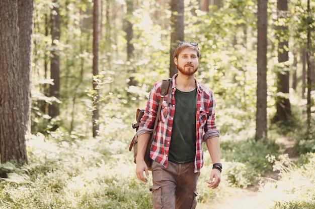 Homme randonnée en forêt