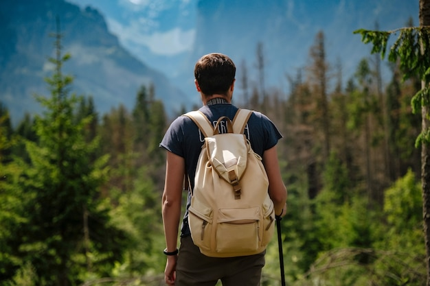 Homme de randonnée en montagne avec sac à dos lourd