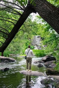 Homme de randonneur appréciant la vue sur la rivière dans la beauté du canyon dans la nature