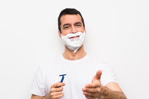 Homme rasant sa barbe sur blanc isolé se serrant la main pour la fermeture d'une bonne affaire