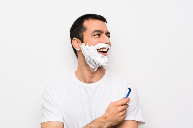 Homme rasant sa barbe heureux et souriant