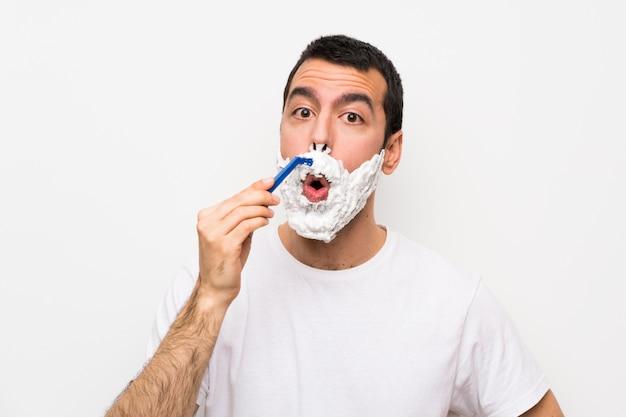 Homme rasant sa barbe