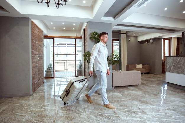 Homme à la réception de l'hôtel.