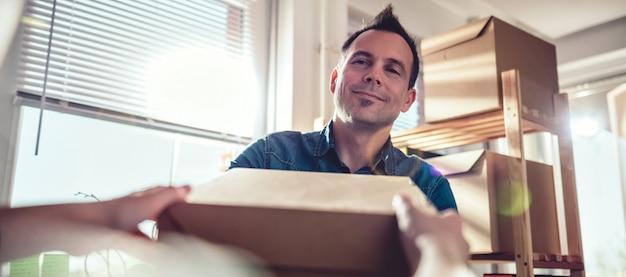 Homme recevant un colis de courrier