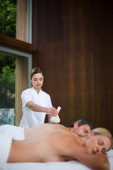 Homme recevant un massage du dos d'un masseur