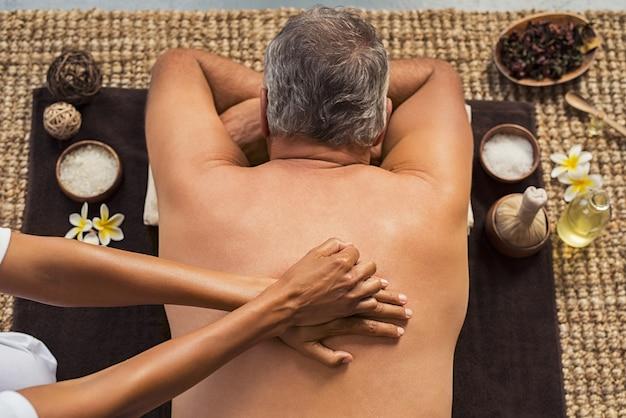 Homme recevant un massage du dos