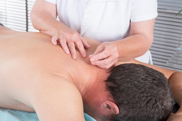 Homme recevant un traitement d'acupuncture au spa beauté