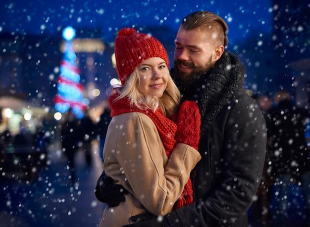 L'homme réchauffe sa petite amie