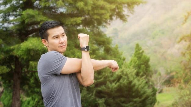 Homme réchauffer son corps préparer l'exercice le matin.