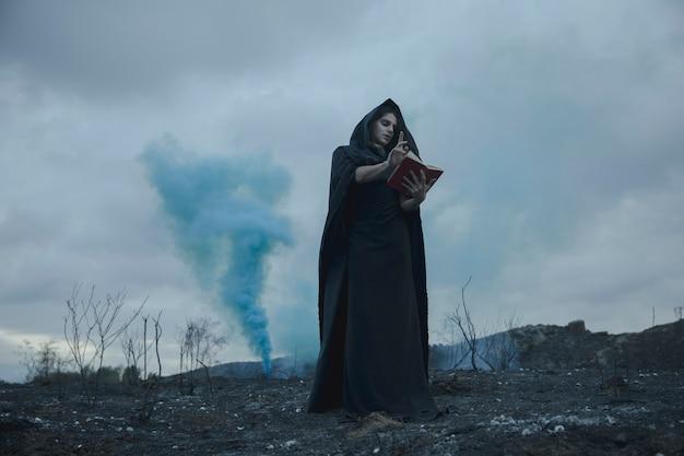Homme récitant des citations d'un livre avec des effets de fumée bleue