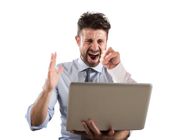 L'homme reçoit un coup de poing sur l'écran de son ordinateur. concept de cyberintimidation