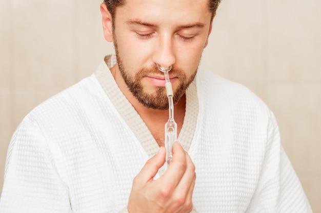 L'homme reçoit une inhalation nasale