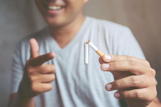 Homme refusant le concept de cigarettes pour arrêter de fumer