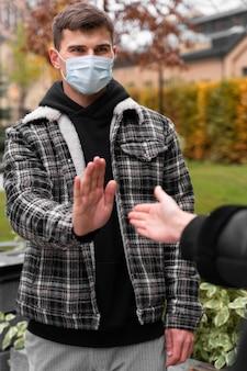 Homme refusant de serrer la main