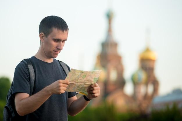 Homme regardant une carte