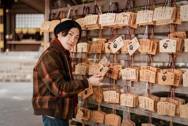 Homme regardant des cartes en bois japonaises