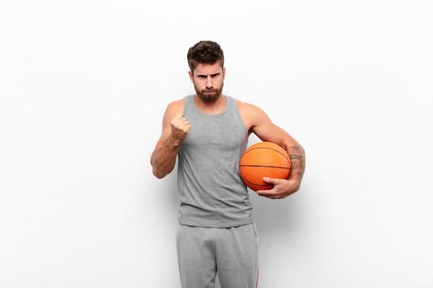 Homme regardant confiant, en colère, fort et agressif, avec les poings prêts à se battre en position de boxe