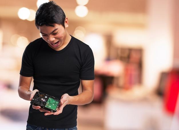 Homme regardant un disque dur