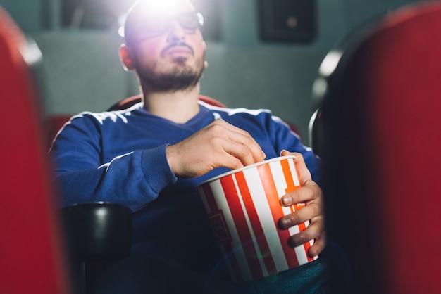 Homme regardant l'écran du cinéma